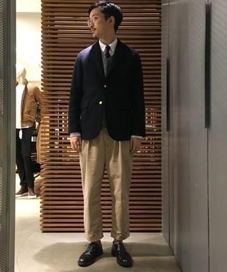 Cómo combinar un chaleco de punto gris: Empareja un chaleco de punto gris junto a un pantalón chino marrón claro para lograr un look de vestir pero no muy formal. Elige un par de zapatos derby de cuero negros para mostrar tu inteligencia sartorial.