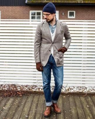 Outfits hombres: Utiliza un blazer de tartán en beige y unos vaqueros azules para una apariencia fácil de vestir para todos los días. ¿Te sientes valiente? Opta por un par de botas casual de cuero en tabaco.