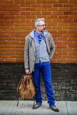 Cómo combinar una sudadera con capucha gris: Intenta combinar una sudadera con capucha gris junto a unos vaqueros azules para un look diario sin parecer demasiado arreglada. Opta por un par de zapatos brogue de cuero grises para mostrar tu inteligencia sartorial.
