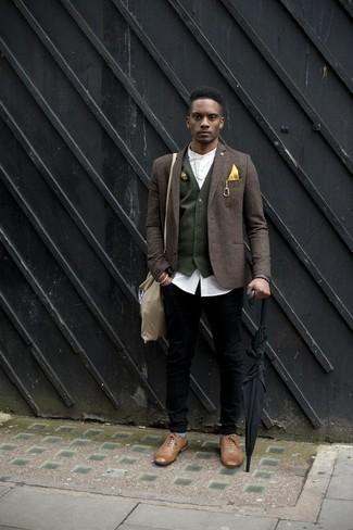 Cómo combinar un blazer marrón: Utiliza un blazer marrón y unos vaqueros negros para lograr un estilo informal elegante. Elige un par de zapatos brogue de cuero marrón claro para mostrar tu inteligencia sartorial.