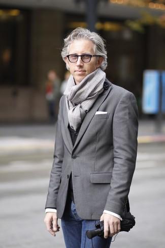 Cómo combinar: blazer gris, chaleco de vestir negro, camisa de manga larga blanca, vaqueros azul marino