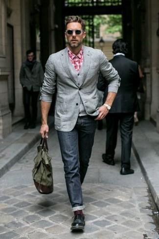 Cómo combinar: blazer gris, chaleco de vestir gris, camisa de manga larga de cuadro vichy roja, vaqueros azul marino