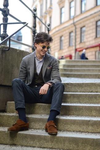 Cómo combinar: blazer de lana gris, chaleco de vestir de punto negro, camisa de manga larga de rayas verticales celeste, pantalón chino azul marino