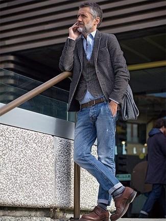 Cómo combinar: blazer de lana en gris oscuro, chaleco de vestir de cuadro vichy marrón, camisa de manga larga de cambray celeste, vaqueros azules