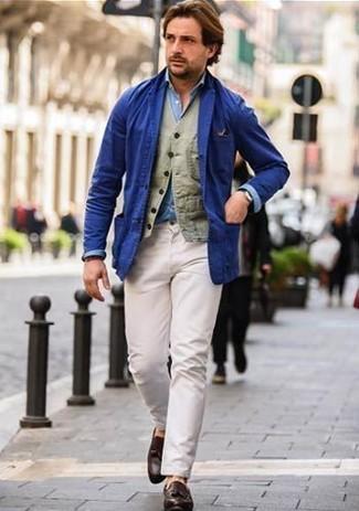 Cómo combinar: blazer de algodón azul, chaleco de vestir de algodón verde oliva, camisa de manga larga de cambray celeste, pantalón chino blanco