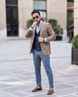 Look de moda: Blazer de lana a cuadros marrón, Chaleco de vestir azul marino, Camisa de manga larga celeste, Pantalón de vestir azul