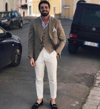 Cómo combinar: blazer marrón, chaleco de vestir marrón, camisa de manga larga celeste, pantalón chino blanco