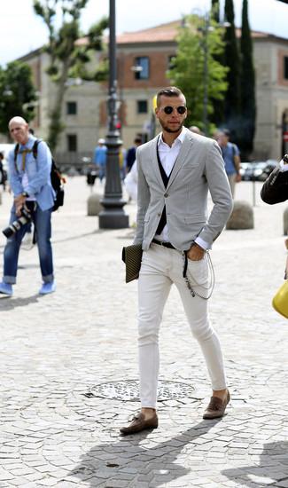 Cómo combinar: blazer de pata de gallo en blanco y negro, chaleco de vestir negro, camisa de manga larga blanca, vaqueros pitillo blancos