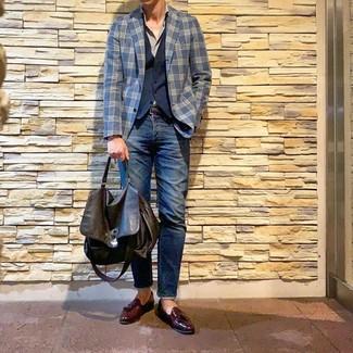 Look de moda: Blazer de tartán azul marino, Chaleco de vestir azul marino, Camisa de manga larga gris, Vaqueros azul marino