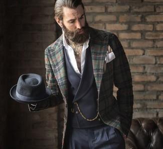 Cómo combinar un blazer de tartán verde oscuro: Equípate un blazer de tartán verde oscuro con un pantalón de vestir azul marino para un perfil clásico y refinado.