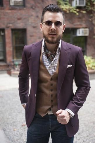 Cómo combinar: blazer morado, chaleco de vestir marrón, camisa de manga larga de tartán blanca, vaqueros en gris oscuro