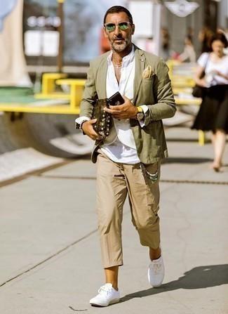 Outfits hombres estilo casual elegante: Usa un blazer verde oliva y un pantalón chino marrón claro para un lindo look para el trabajo. ¿Quieres elegir un zapato informal? Completa tu atuendo con tenis de lona blancos para el día.