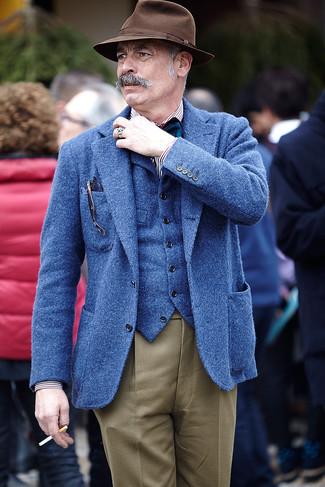 Cómo combinar: blazer de lana azul, chaleco de vestir de lana azul, camisa de manga larga de rayas verticales en blanco y negro, pantalón de vestir marrón