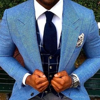 Cómo combinar: blazer celeste, chaleco de vestir a cuadros azul marino, camisa de vestir blanca, pantalón de vestir en gris oscuro