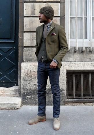 Cómo combinar: blazer de lana verde oliva, chaleco de vestir de lana gris, camisa de vestir de cuadro vichy en azul marino y blanco, vaqueros azul marino