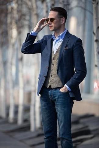 Cómo combinar: blazer a cuadros azul marino, chaleco de vestir de lana marrón, camisa de vestir de cambray celeste, vaqueros azul marino