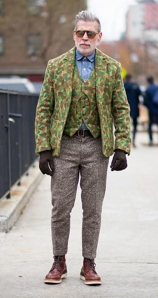 Look de Nick Wooster: Blazer de Lana de Camuflaje Verde Oliva, Chaleco de Vestir de Lana de Camuflaje Verde Oliva, Camisa de Vestir de Cambray Azul, Pantalón de Vestir de Lana Marrón