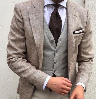 Cómo combinar: blazer de lino en beige, chaleco de vestir de lana gris, camisa de vestir blanca, pantalón de vestir en beige