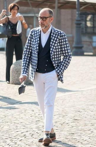 Cómo combinar: blazer de cuadro vichy en azul marino y blanco, chaleco de vestir azul marino, camisa de vestir blanca, pantalón de vestir blanco