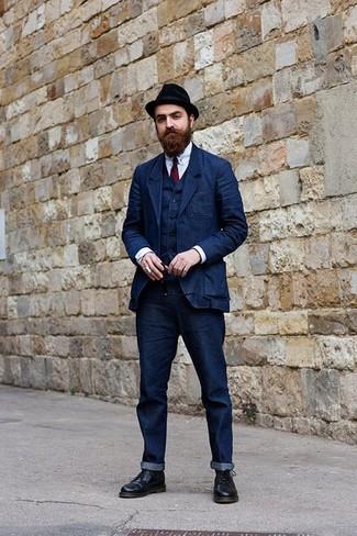Cómo combinar un chaleco de vestir vaquero azul marino: Ponte un chaleco de vestir vaquero azul marino y unos vaqueros azul marino para un perfil clásico y refinado. ¿Te sientes valiente? Opta por un par de botas formales de cuero negras.