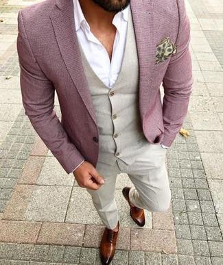 Cómo combinar: blazer rosado, chaleco de vestir en beige, camisa de vestir blanca, pantalón de vestir en beige