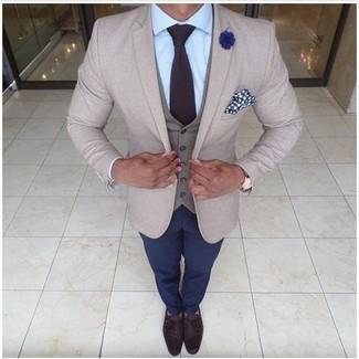 Cómo combinar: blazer en beige, chaleco de vestir gris, camisa de vestir celeste, pantalón chino azul marino