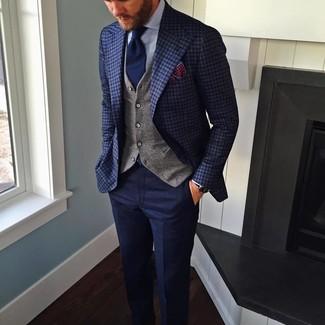 Cómo combinar: blazer a cuadros azul marino, chaleco de vestir gris, camisa de vestir celeste, pantalón de vestir de lana azul marino