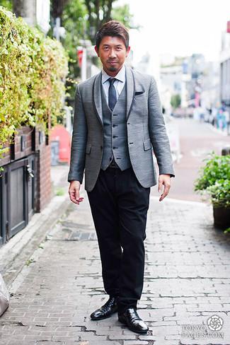 Cómo combinar: blazer gris, chaleco de vestir gris, camisa de vestir blanca, pantalón de vestir negro