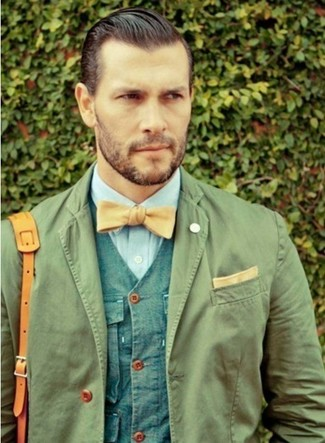 Cómo combinar: blazer de algodón verde oliva, chaleco de vestir azul, camisa de vestir celeste, bolso mensajero de cuero marrón claro