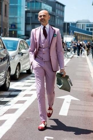 Cómo combinar: blazer rosado, chaleco de vestir rosado, camisa de vestir blanca, pantalón de vestir rosado
