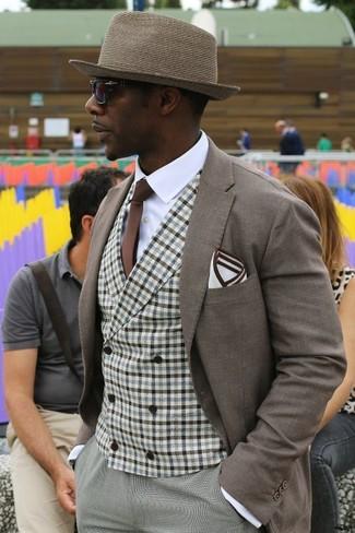 Cómo combinar: blazer marrón, chaleco de vestir de cuadro vichy marrón, camisa de vestir blanca, pantalón de vestir gris