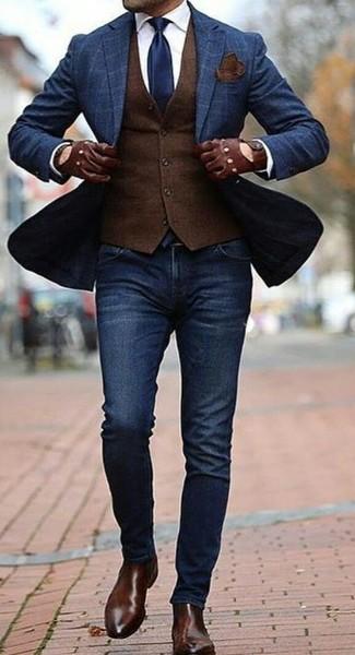 Cómo combinar: blazer a cuadros azul marino, chaleco de vestir de lana en marrón oscuro, camisa de vestir blanca, vaqueros pitillo azul marino