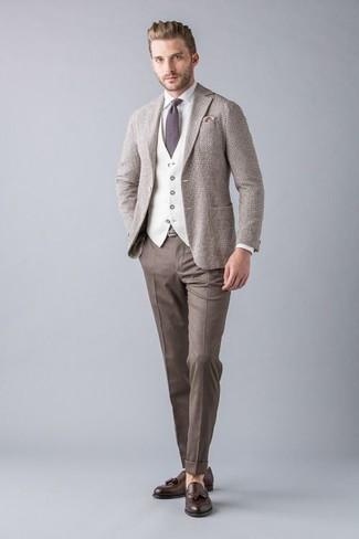 Cómo combinar: blazer de lana en beige, chaleco de vestir en beige, camisa de vestir blanca, pantalón de vestir marrón