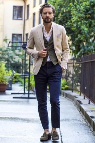 Cómo combinar: blazer en beige, chaleco de vestir de algodón verde oliva, camisa de vestir blanca, pantalón chino azul marino