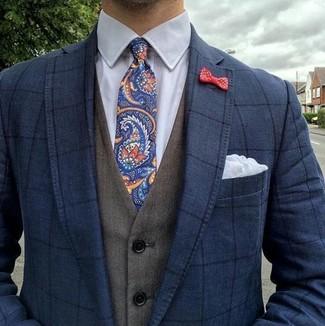 Cómo combinar: blazer a cuadros azul marino, chaleco de vestir verde oliva, camisa de vestir blanca, corbata de paisley azul marino