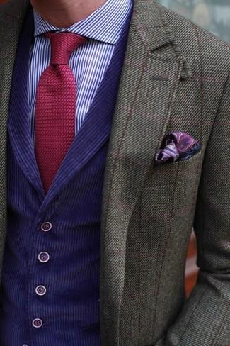 Cómo combinar: blazer de lana a cuadros verde oliva, chaleco de vestir en violeta, camisa de vestir de rayas verticales en violeta, corbata de punto roja