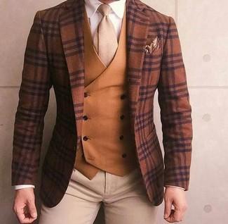 Cómo combinar: blazer de lana de tartán marrón, chaleco de vestir en tabaco, camisa de vestir blanca, pantalón chino en beige