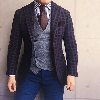 Cómo combinar: blazer de lana a cuadros en marrón oscuro, chaleco de vestir de lana de tartán gris, camisa de vestir de rayas verticales en blanco y negro, pantalón de vestir azul marino
