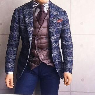 Cómo combinar: blazer de lana de tartán azul marino, chaleco de vestir acolchado en marrón oscuro, camisa de vestir de rayas verticales en blanco y negro, pantalón chino azul marino