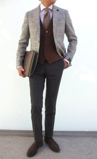 Cómo combinar: blazer de lana a cuadros gris, chaleco de vestir de lana en marrón oscuro, camisa de vestir a cuadros blanca, pantalón de vestir de lana en gris oscuro