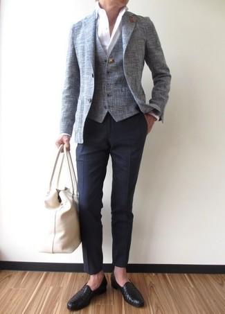Cómo combinar: blazer gris, chaleco de vestir gris, camisa de vestir blanca, pantalón de vestir azul marino