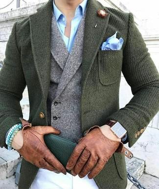 Cómo combinar: blazer de lana verde oscuro, chaleco de vestir de lana gris, camisa de vestir celeste, pantalón chino blanco