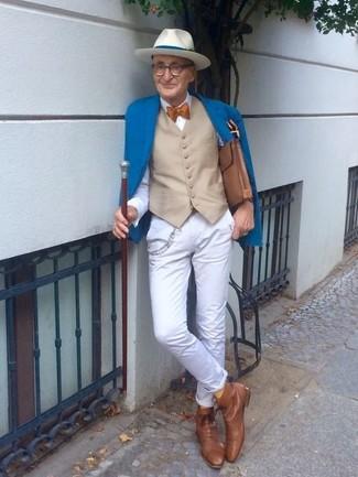 Cómo combinar: blazer azul, chaleco de vestir en beige, camisa de vestir blanca, pantalón chino blanco
