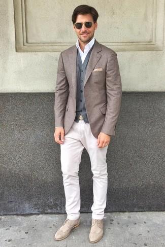 Cómo combinar un chaleco de vestir de lana gris: Considera ponerse un chaleco de vestir de lana gris y un pantalón chino blanco para una apariencia clásica y elegante. Zapatos brogue de ante en beige son una opción excelente para completar este atuendo.