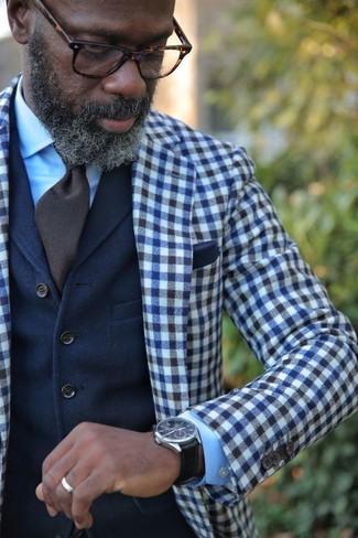 Cómo combinar: blazer de lana de cuadro vichy en azul marino y blanco, chaleco de vestir de lana azul marino, camisa de vestir celeste, corbata en marrón oscuro