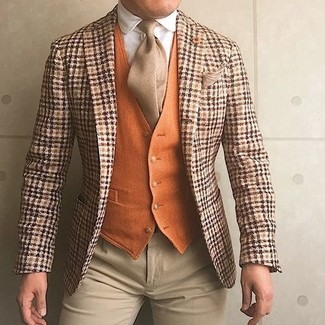Cómo combinar: blazer de lana de tartán naranja, chaleco de vestir de lana naranja, camisa de vestir blanca, pantalón de vestir en beige