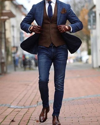 Cómo combinar: blazer a cuadros azul marino, chaleco de vestir en marrón oscuro, camisa de vestir blanca, vaqueros pitillo azul marino