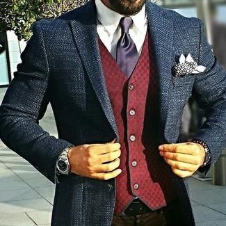 Cómo combinar: blazer de tweed azul marino, chaleco de vestir de lana a cuadros burdeos, camisa de vestir blanca, pantalón de vestir en marrón oscuro