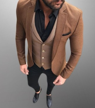 Cómo combinar: blazer de lana marrón, chaleco de vestir de lana marrón, camisa de vestir negra, vaqueros pitillo negros