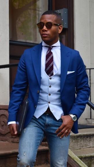 Cómo combinar: blazer azul, chaleco de vestir celeste, camisa de vestir blanca, vaqueros pitillo desgastados azules